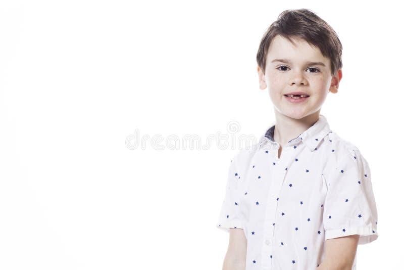 年轻可爱的快乐小男孩 库存图片