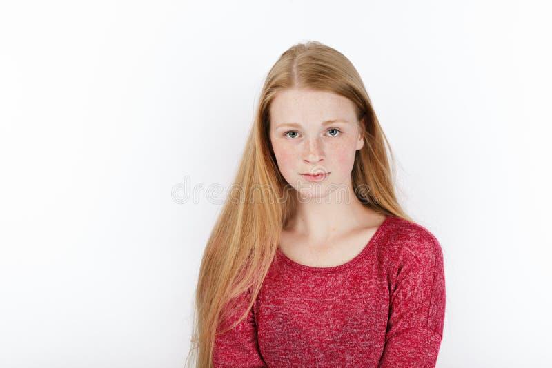 年轻可爱的新鲜的看的红头发人妇女秀丽画象有华美的特长头发的 情感和表情概念 库存照片