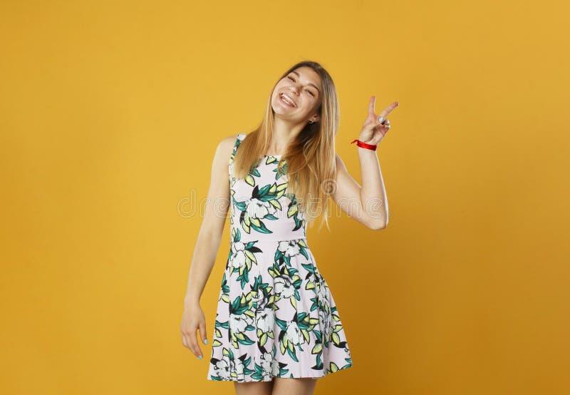 年轻可爱的新鲜的看起来的白肤金发的妇女秀丽画象  免版税库存图片