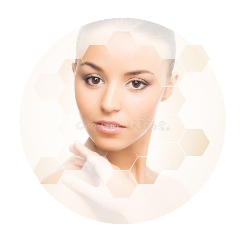年轻和健康女孩的美丽的面孔 整容手术、护肤、化妆用品和整形概念 图库摄影