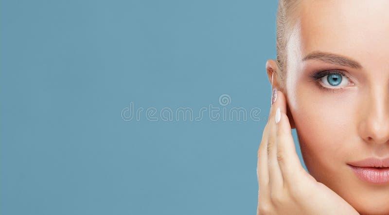 年轻和健康妇女的脸蛋漂亮 皮肤护理、化妆用品、构成,脸色和整形 免版税库存图片