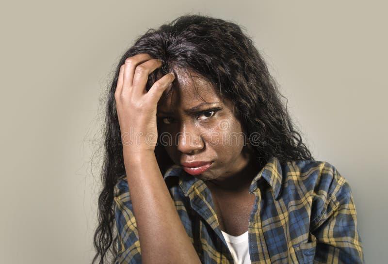 年轻哀伤和沮丧的黑人非裔美国人的妇女急切和被淹没的感觉病和注重在演播室backgrou 库存照片