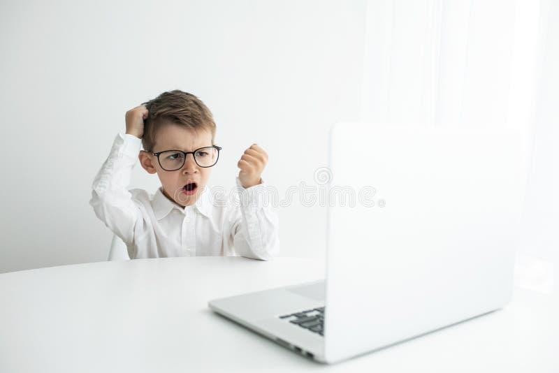 年轻商人与膝上型计算机一起使用在办公室 库存照片