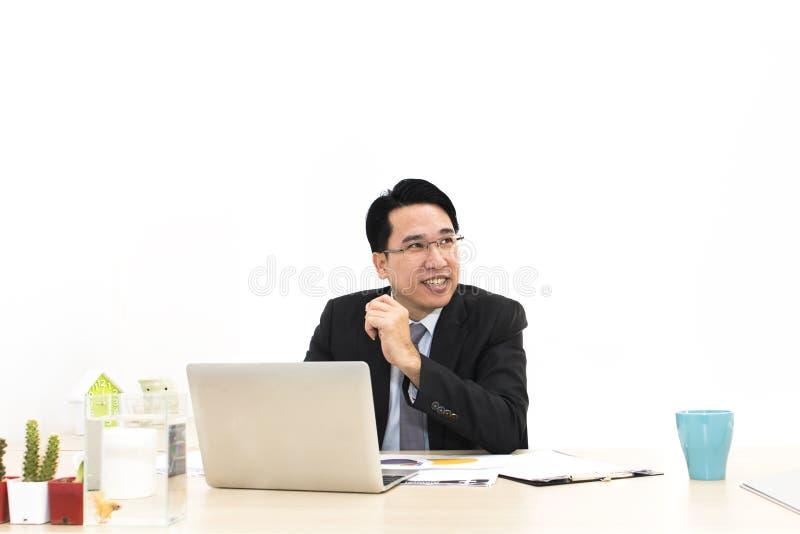 年轻商人与膝上型计算机和办公用品一起使用 库存图片