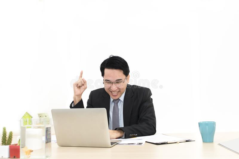 年轻商人与膝上型计算机和办公用品一起使用 免版税图库摄影