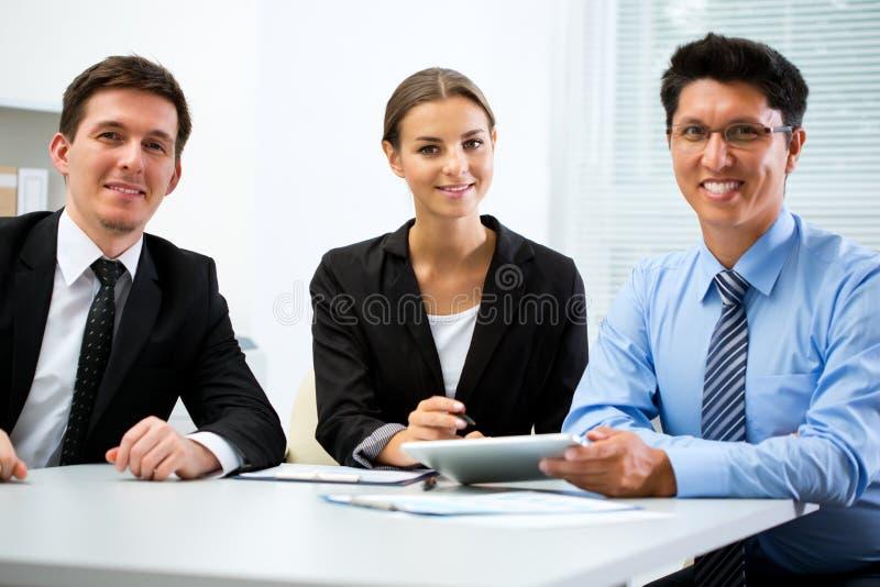 年轻商人在办公室 免版税库存照片