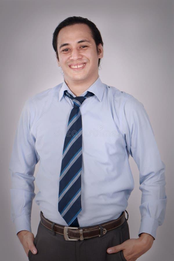 年轻商人微笑的友好的表示 免版税图库摄影