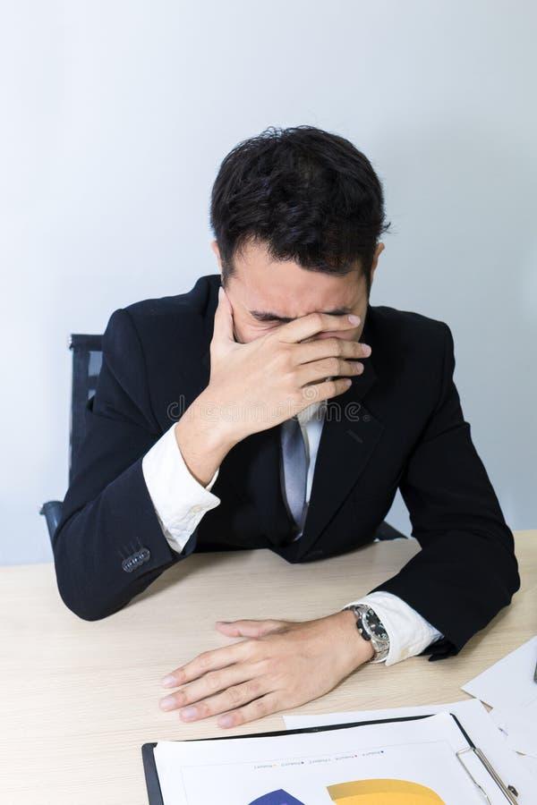 年轻商人是20-30岁张力和忧虑在办公室 免版税库存照片