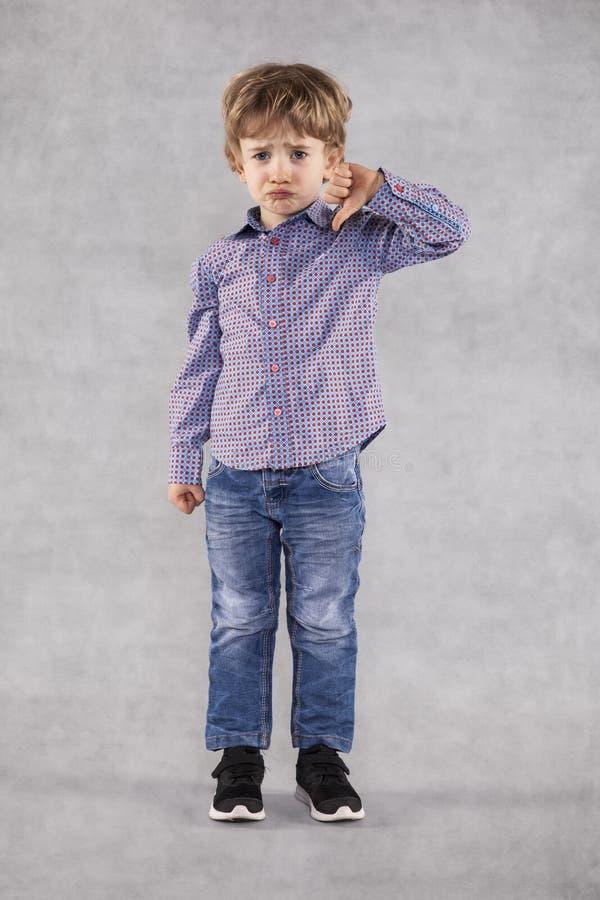 年轻商人显示拇指下来 免版税图库摄影