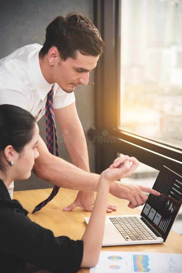 年轻商人谈论与女实业家 库存照片