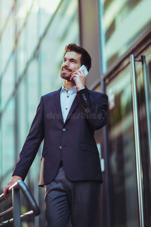 年轻商人谈话在他的电话 免版税库存照片