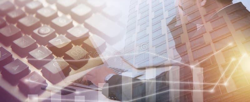 年轻商人键入的膝上型计算机,办公室人工作 库存照片