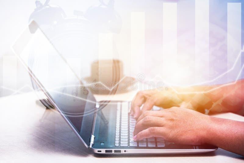 年轻商人键入的膝上型计算机,办公室人工作 免版税库存图片