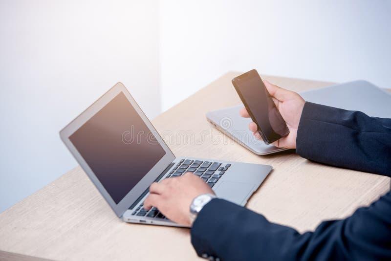 年轻商人键入的膝上型计算机 库存图片