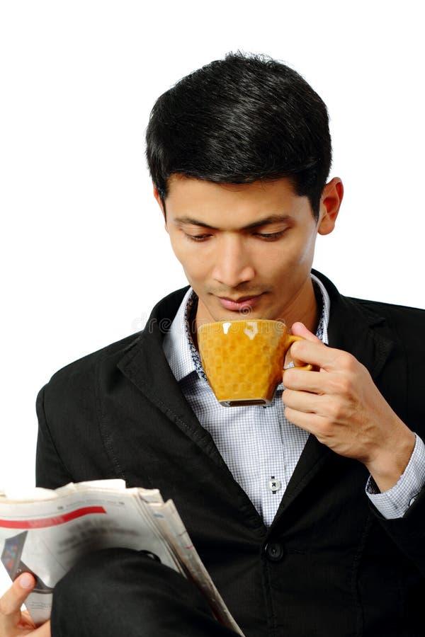年轻商人饮用的咖啡或茶杯在断裂时间 图库摄影