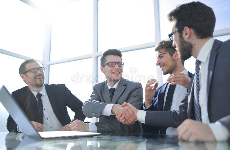 年轻商务伙伴握手在会议上 免版税库存照片