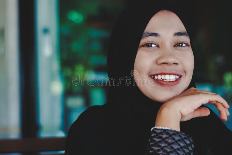 年轻回教女孩微笑 图库摄影