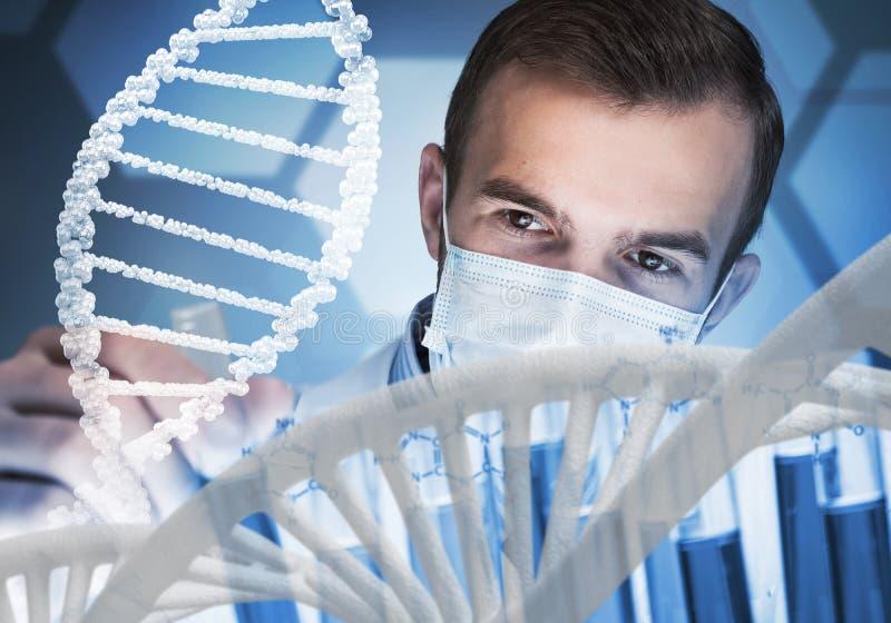 年轻在玻璃烧瓶的科学家混合的试剂在临床实验室 免版税图库摄影