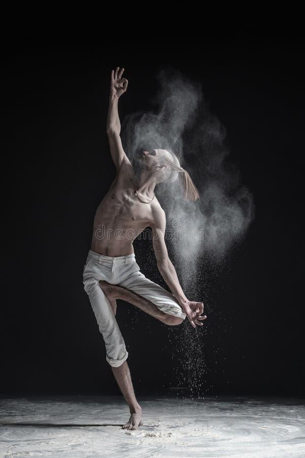 年轻在白色背景的人实践的瑜伽 免版税图库摄影