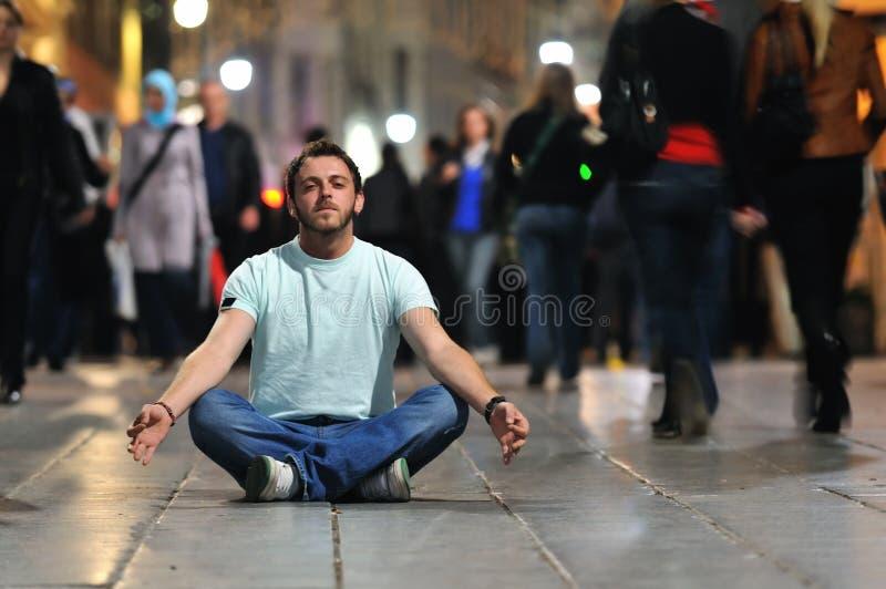 年轻在莲花坐的人思考的瑜伽 图库摄影