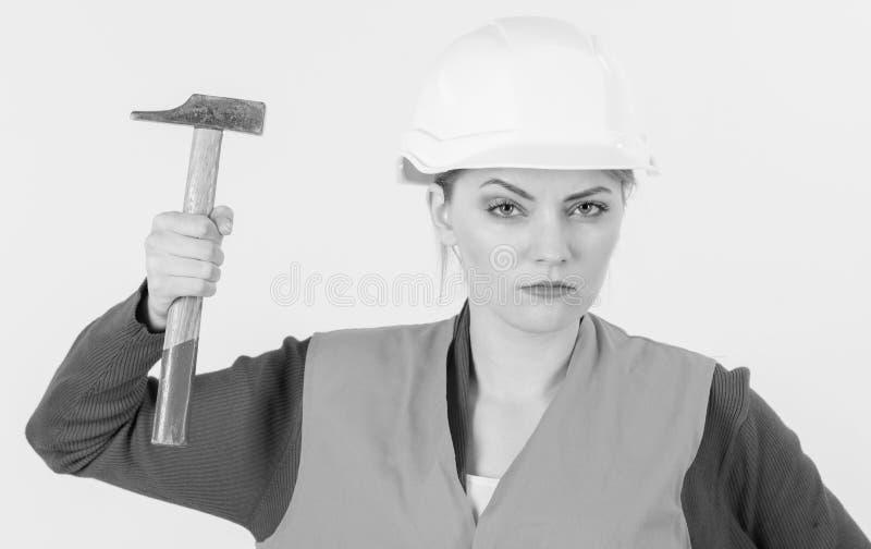 年轻坚强的妇女工作作为建造者 女权主义概念 图库摄影