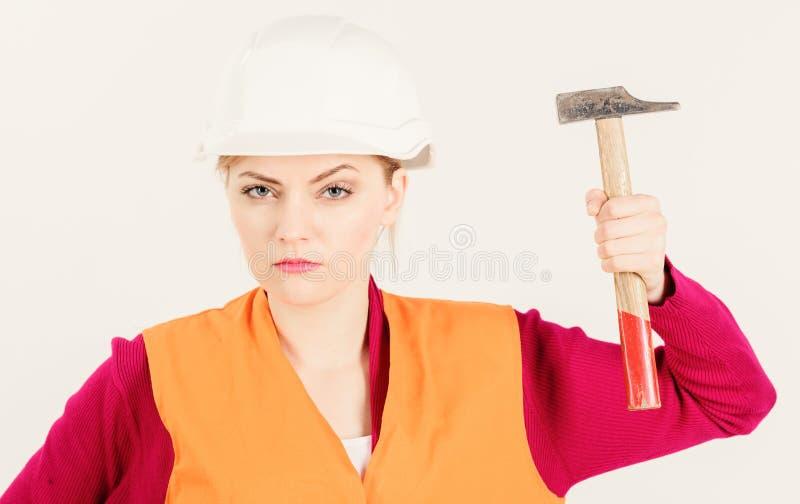 年轻坚强的妇女工作作为建造者 女权主义概念 免版税库存图片