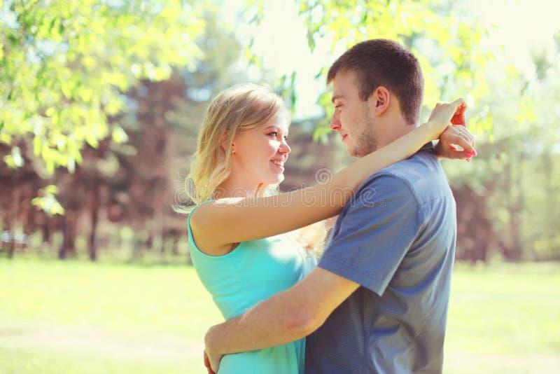 年轻夫妇一起拥抱晴朗的春日 库存图片