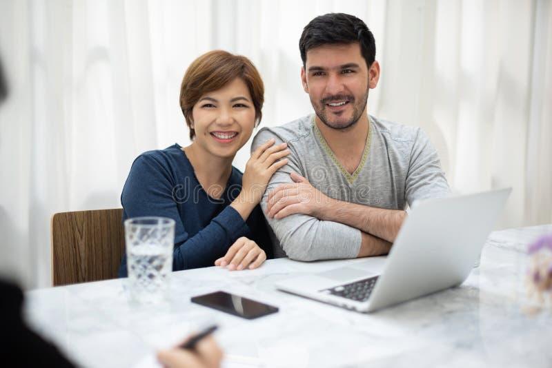 年轻夫妇与专业顾问协商 库存图片