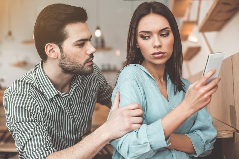 年轻夫妇争论在自助食堂 免版税库存照片