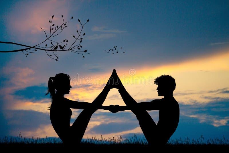 年轻夫妇做瑜伽在日落 皇族释放例证
