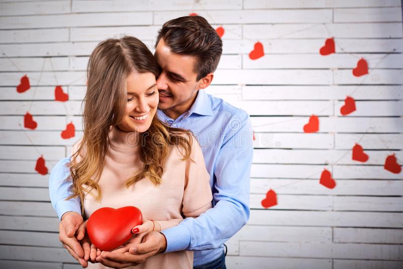 年轻夫妇在华伦泰` s天 免版税库存图片