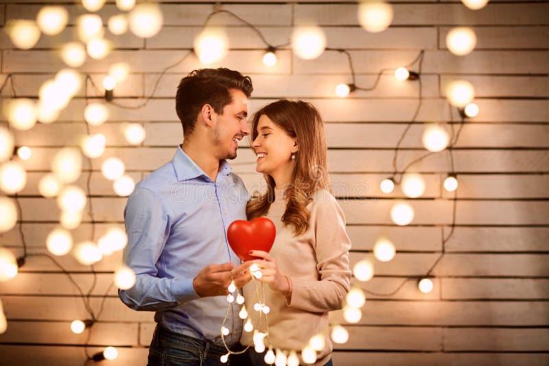 年轻夫妇在华伦泰` s天 库存照片