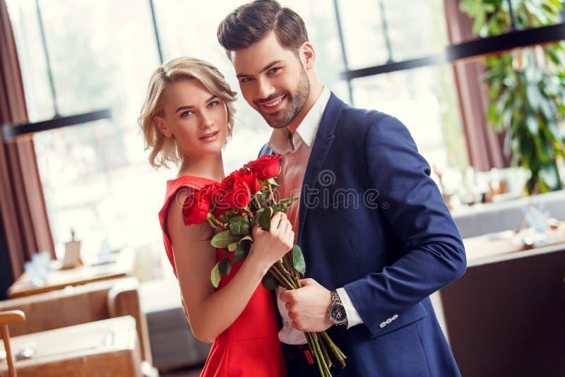 年轻夫妇在日期在餐馆 图库摄影