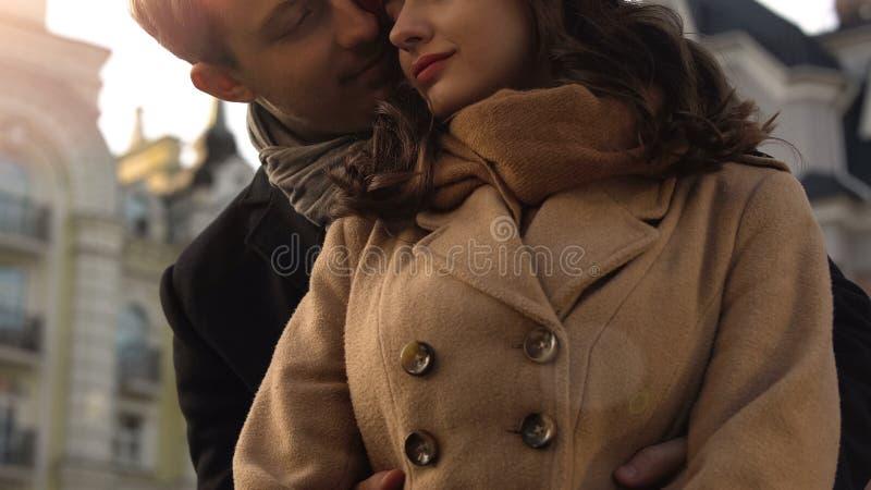 年轻夫妇在日期,拥抱他的女朋友,长期关系的人 免版税库存照片