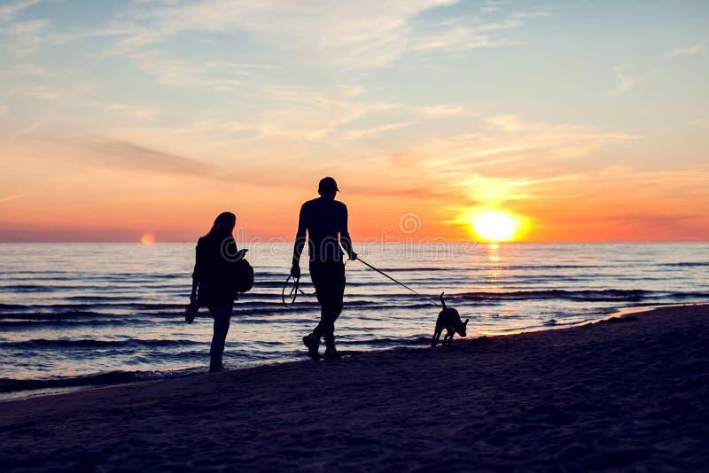 年轻夫妇在海滩上花费浪漫时间 人、假日和关系概念 免版税库存照片