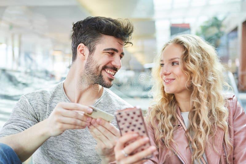 年轻夫妇在网上购物 免版税库存照片