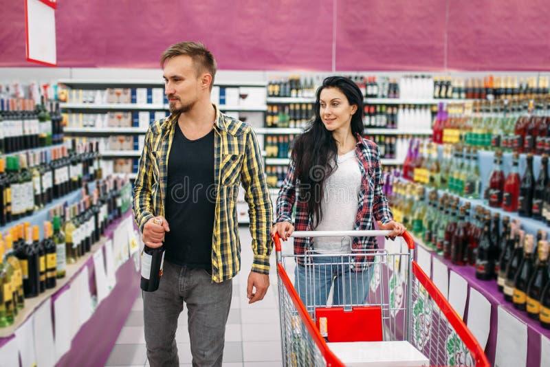 年轻夫妇在超级市场,假日购物 免版税图库摄影