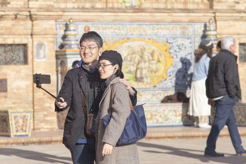 年轻夫妇在采取selfie画象的塞维利亚 免版税图库摄影