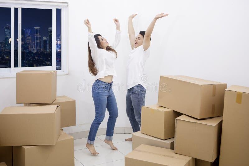 年轻夫妇庆祝入一栋新的公寓 免版税库存图片