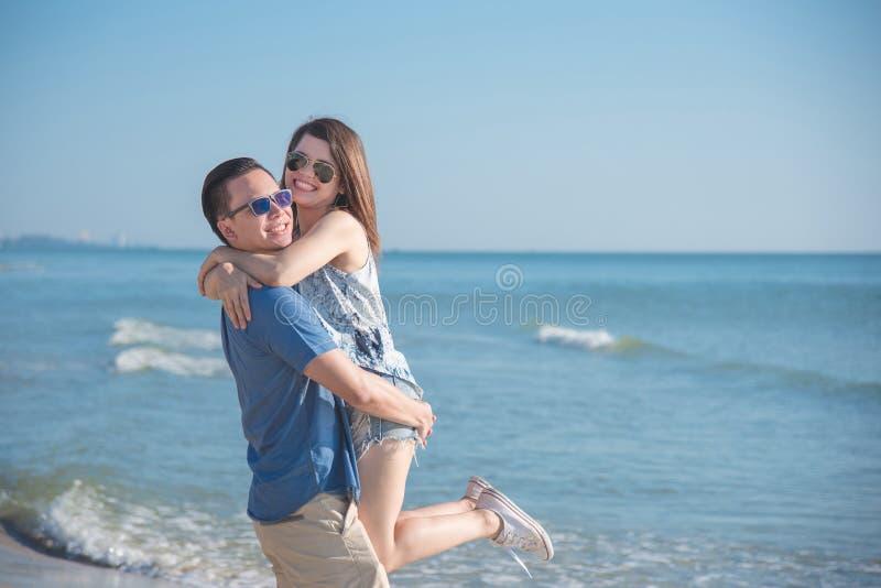 年轻夫妇愉快在海滩 免版税库存照片