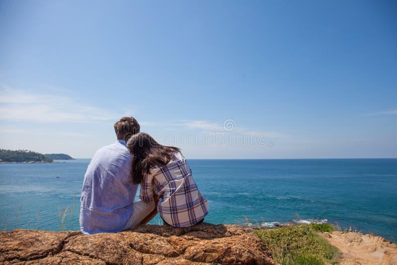 年轻夫妇看看海 库存图片