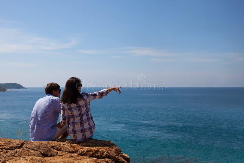 年轻夫妇看看海 免版税图库摄影