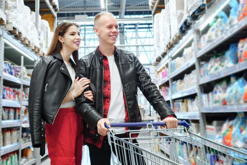 年轻夫妇购物在超级市场 库存图片