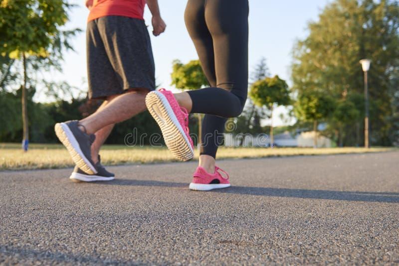 年轻夫妇赛跑的低部分 库存照片