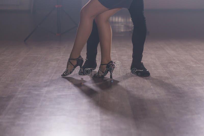 年轻夫妇跳舞的拉丁舞蹈Bachata, merengue,辣调味汁 两在舞蹈课关闭的高雅姿势 库存图片