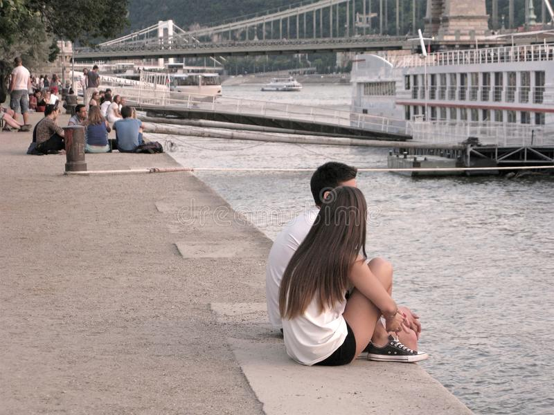 年轻夫妇,多瑙河,布达佩斯,通常生活的堤防 库存图片