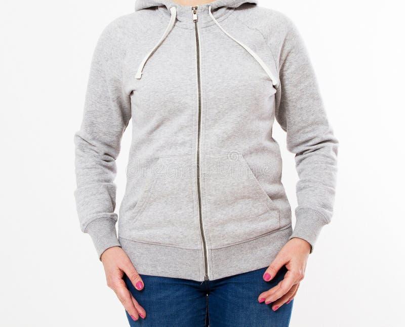 年轻女人佩带的空白和特大长hoody 假装白色的背景  库存照片