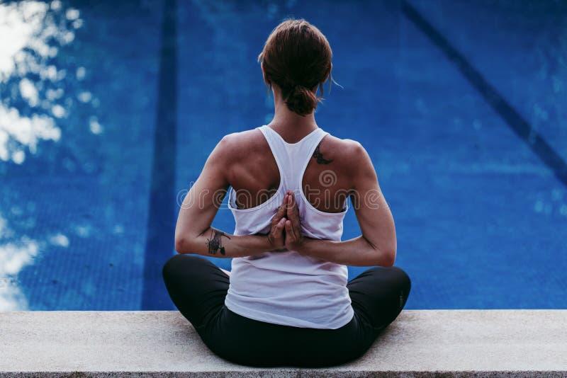年轻女人健身,瑜伽,在游泳场的身体健康画象  自由概念 ?? 瑜伽和留心 库存图片