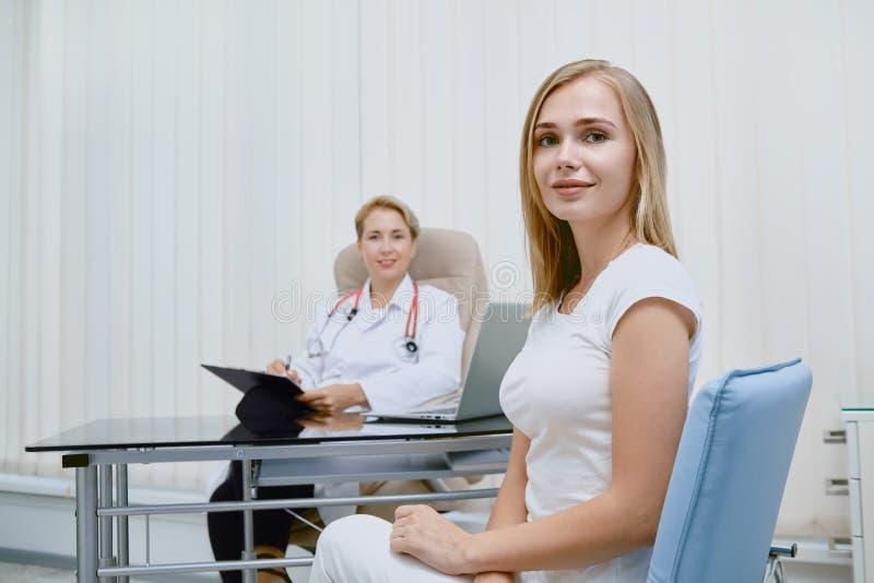 年轻女人听的医生处方 库存照片
