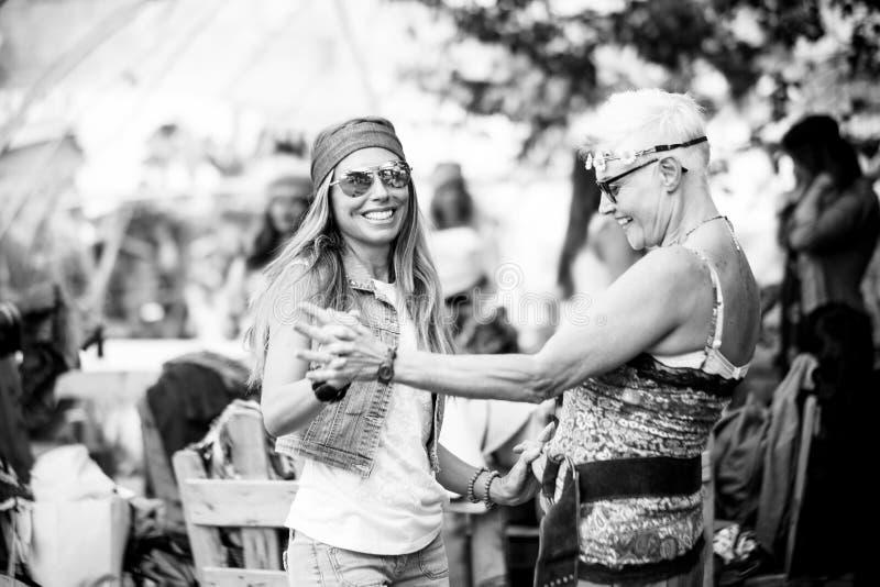 年轻女人和女孩友谊的全部一起庆祝和获得乐趣在一个生物自然地方 微笑和笑小组的 免版税图库摄影